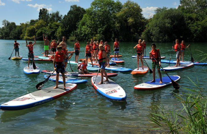 Pure Water for Generations-Tag am Johann-Michael-Sailer-Gymnasium von Pascal Rösler beim Film 2467 km beim Stand up paddeln mit der Sportklasse auf dem Wagersee